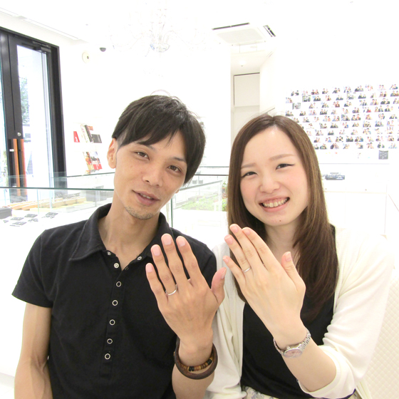 >笑顔が素敵な新郎新婦様♡薬指にはダイヤモンドが輝きます。