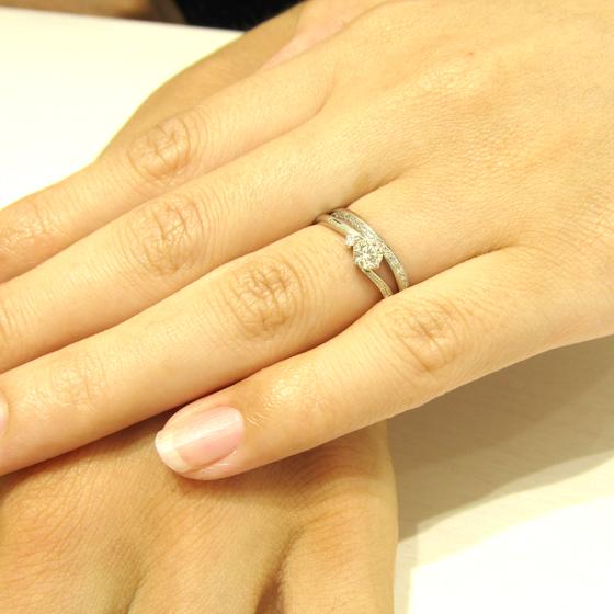 >婚約指輪と結婚指輪の重ね着けがとてもきれいなセットリングをお選び頂きました!