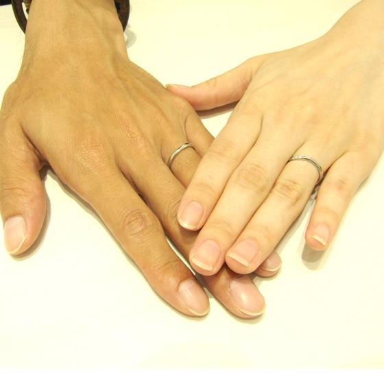 >ダイヤモンドのラインと立体的なフォルムが美しい結婚指輪を選んで頂きました。