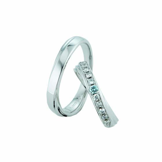>メレダイヤモンドがゴージャスな印象のlady'sリング。men'sリングの内側にもブルーダイヤモンドが留められています。