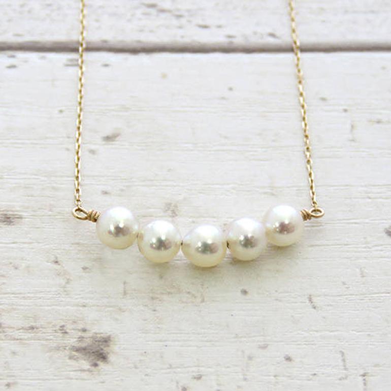5粒タイプの真珠ネックレス。照りつやの良い真珠を取り揃え華奢なチェーンと組み合わせました。