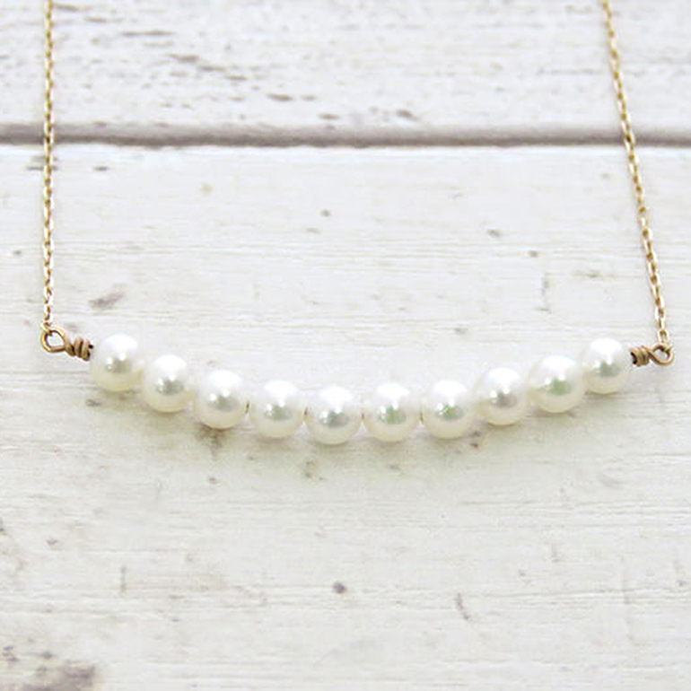 10粒の照りの良い真珠を使用したキュートな真珠ネックレス。