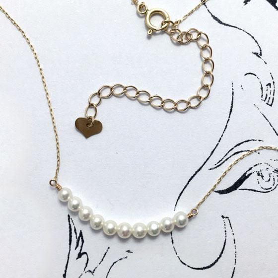 11粒の照りの良い真珠を使用したキュートな真珠ネックレス。