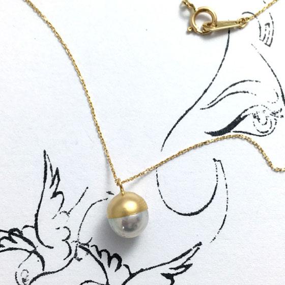 ゴールドの色味と真珠の輝きを楽しめるシンプルな1粒パールネックレス。