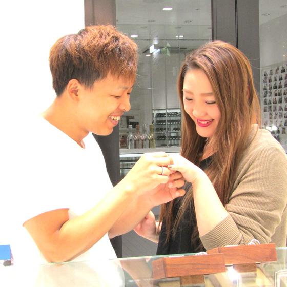 >店内には30以上のブライダルブランドが並んでいます。指輪を試着しながらゆっくりと選べます。