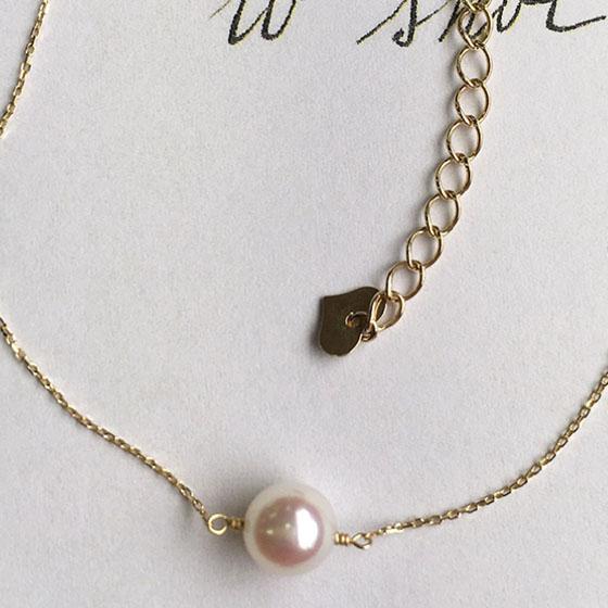1粒のシンプルな真珠のブレスレット。
