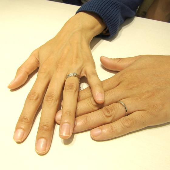 >華やかさと上品さを併せ持つデザインの婚約指輪・結婚指輪です。men'sデザインは中央部分のマット加工が洗練された雰囲気です!