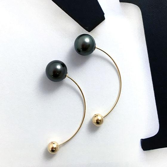 >黒蝶真珠のピーコックカラーを使用したオシャレなピアス。