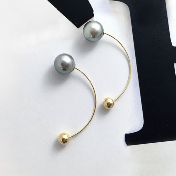 2way使用可能なピアス。黒蝶真珠本来の美しさを堪能できるデザイン。