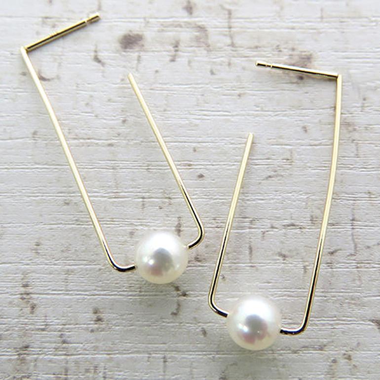 K10のワイヤーでモダンなデザインに仕上げられた真珠ピアス