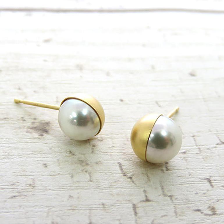 ゴールドの色味と真珠の輝きを堪能できるオシャレなピアス。