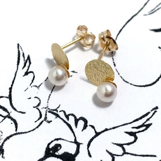 真珠の輝きとゴールドのマット感がオシャレなピアス。