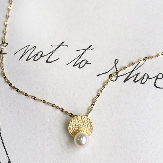 1粒の照りの良いきれいな真珠を使用したオシャレなネックレス。