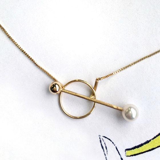 スタイリッシュな真珠ネックレス。フリーで長さ調節ができ、お洋服に合わせてイメージを変化できるデザインです。