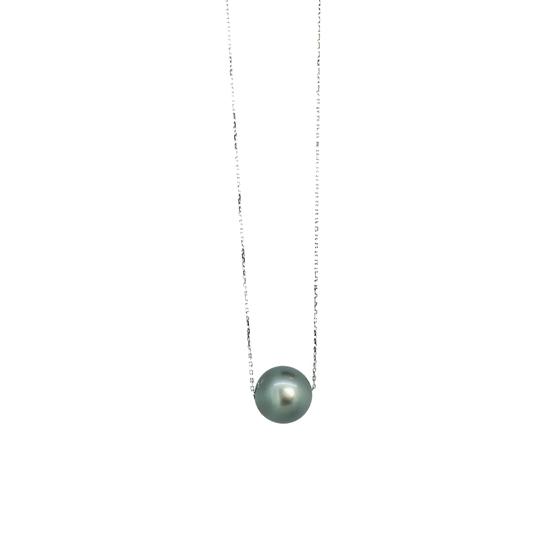 >華奢なチェーンでお作りしているので、大粒の黒蝶真珠もカジュアルに身に着けられます。