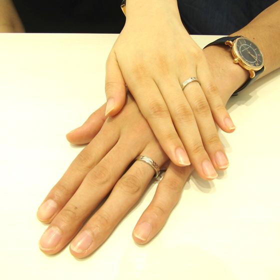 >フラットタイプ・プラチナの重厚感ある結婚指輪が仕上がりました。とてもお似合いですね!