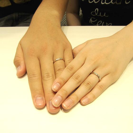 >肌に馴染む温かみのあるゴールドカラー(18金ピンクゴールド)が、肌色をより一層明るく見せてくれるデザインです。