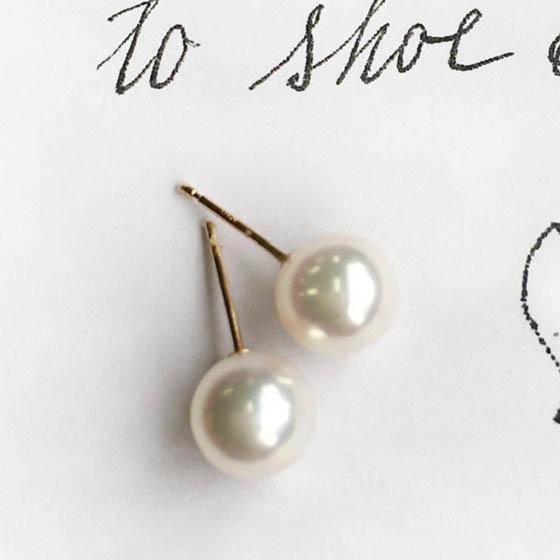 シンプルな1粒タイプの真珠ピアス。耳にフィットするのでフォーマルでも◎
