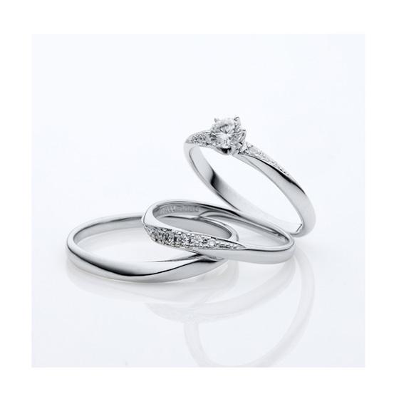 >ストレートに近い緩やかなカーブラインの婚約指輪(エンゲージリング)と結婚指輪(マリッジリング)。ダイヤモンドもグラデーションが美しいセットリングです。