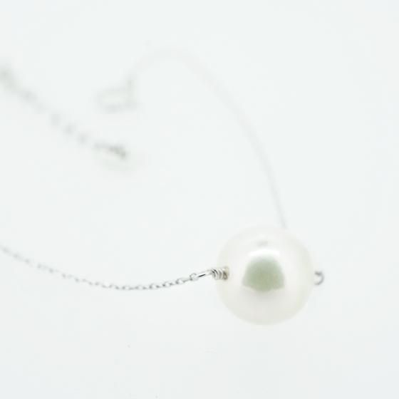 >華奢なチェーンが美しい真珠を引き立たせるデザインです。