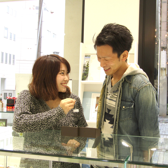 >店内には30ブランド以上の婚約指輪・結婚指輪が並んでいます。ゆっくりご試着頂きながら選んで頂きました。