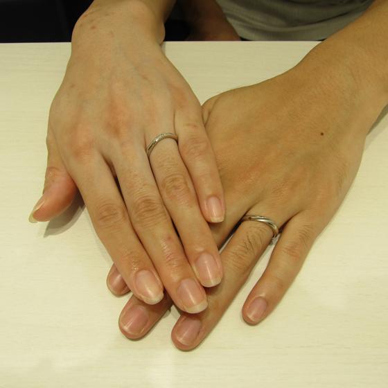 >お指に馴染むカーブラインとmen'sにはつや消し加工を施しました。