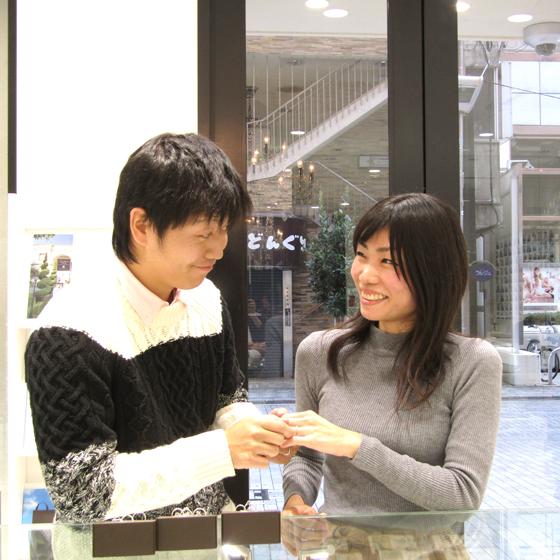 >店内には約40~のブライダルブランドの婚約指輪・結婚指輪をご用意しています。着け心地が良い指輪を探してみてください!