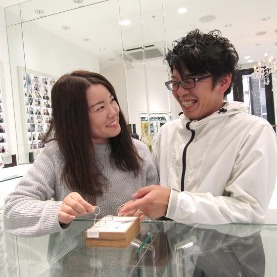 >店内には婚約指輪・結婚指輪のブランド約40~をご用意。王道のデザインからアンティーク、オーダーメイドまで。