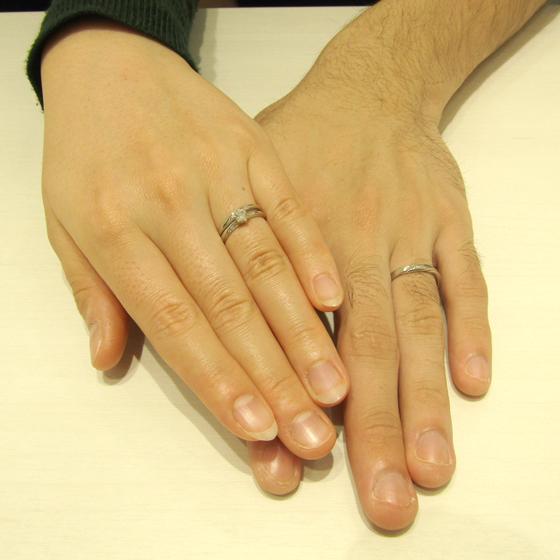 >選べるピンクダイヤモンドまたはピンクサファイヤがアクセントになりキュートなデザインの婚約指輪・結婚指輪