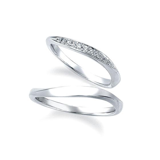 >プラチナの輝きが美しく、輝きにこだわったダイヤモンドを散りばめた華やかな結婚指輪です。