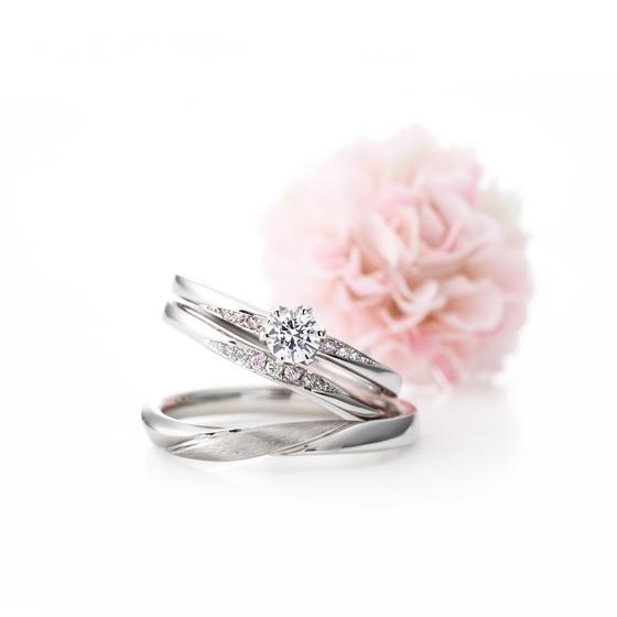 >これからの未来に想いを馳せるイメージのセットリング。流れるラインのダイヤがお2人の未来を明るく照らしているよう。
