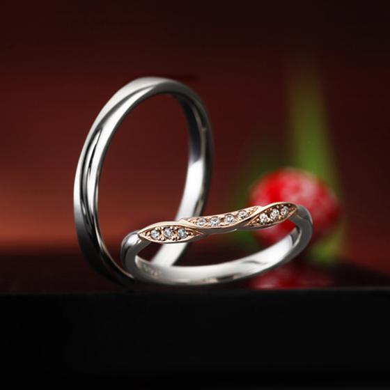 >女性用のリングはピンクゴールドとプラチナ、2色のコンビネーションで肌色がより一層明るくきれいに見えるデザイン✨