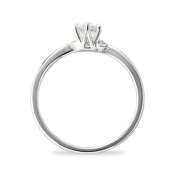 側面からも光をたっぷりとりこみ、ダイヤモンドの輝きをアップさせるデザインのエンゲージリング
