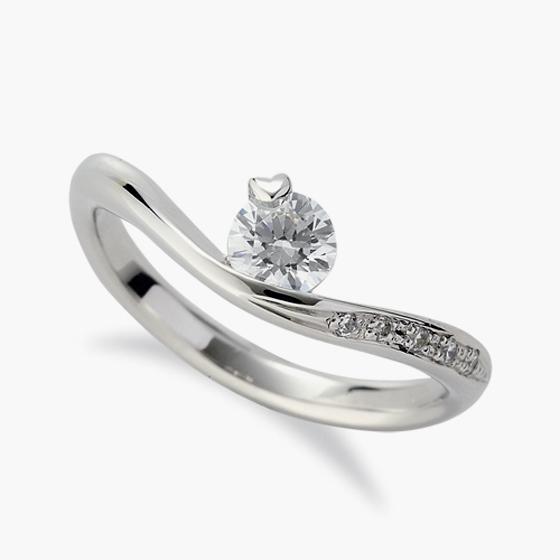 ダイヤモンドを留めている爪がハート♡桜の花びらにも見えます。