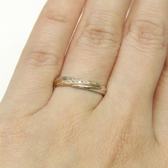 プラチナとピンクゴールドの2色の敗色が美しい結婚指輪です。