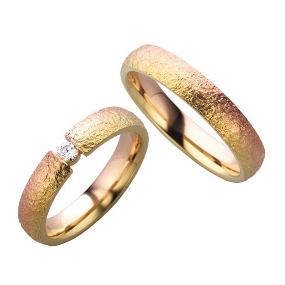 ボリュームのあるデザインとゴールドの発色の良さが引き立つマリッジリング。