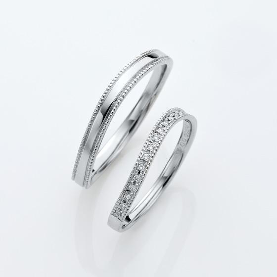 緩やかなウェーブラインに上下ミル打ち(ミルグレイン)が施されたアンティークな雰囲気の結婚指輪(マリッジリング)
