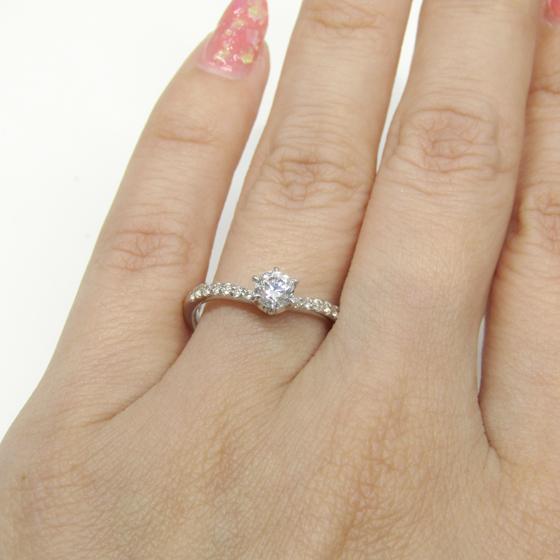 V字ラインは、指を細く長く見せてくれることで女性に人気のデザインです。