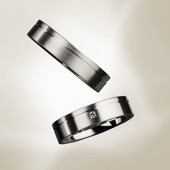 ボリューム感のあるシンプルなデザイン。フラットのリングはシャープな印象です。