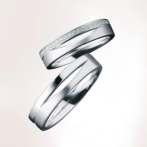 2つのリングを組み合わせたようなデザインの結婚指輪。