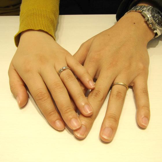 >女性用リングはダイヤモンドの斜めラインが華やかさと上品さをプラス。
