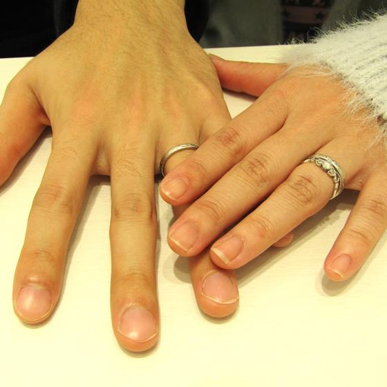 >男性用のリングにもおそろいの彫模様(蔦・葉)が施された繊細なデザインです。