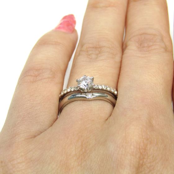 ゴージャスなデザインの婚約指輪にあえてシンプルな結婚指輪を重ね付け。自分だけのオリジナルセットリングを見つけてみて
