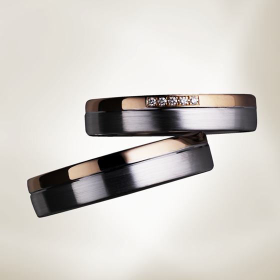 2色タイプの結婚指輪。フラットな形状に角を落とした優しい印象です。