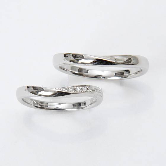 緩やかななUラインの結婚指輪(マリッジリング)はお指を優しい印象に見せてくれます。