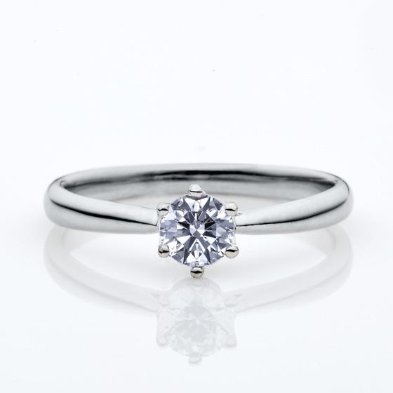 シンプルな婚約指輪の王道デザイン。6本爪なのでダイヤモンドがより美しく見えます。