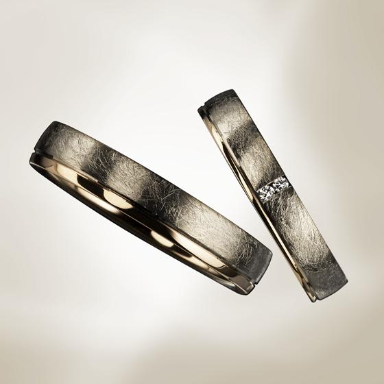 和紙のような特殊なマットの質感の中に一筋のゴールド素材を加えた結婚指輪です。