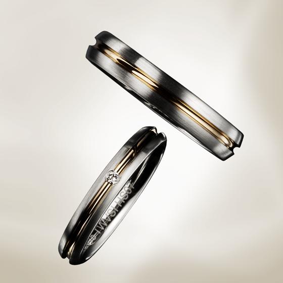 厚みのある甲丸タイプの結婚指輪。ゴールドのラインを中央に施しアクセントとなっています。