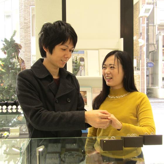 >かわいいデザインの婚約指輪、丈夫な結婚指輪などブライダルブランド30以上のリングを試着できます。