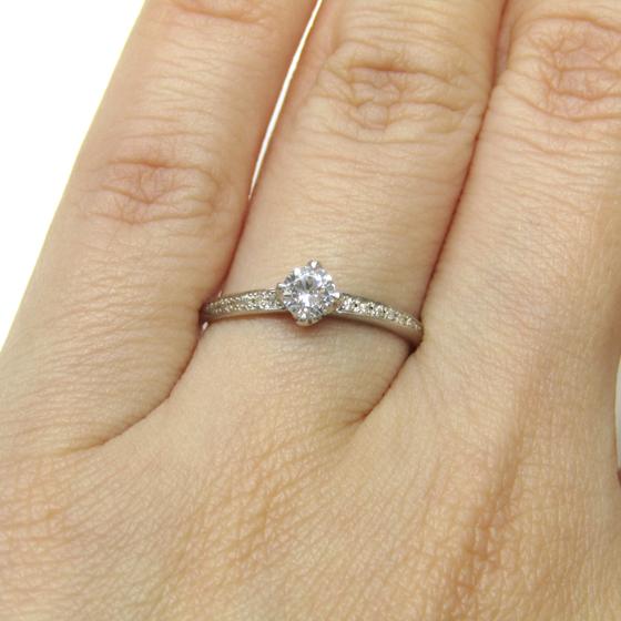 細すぎず、太過ぎず丁度良い存在感の婚約指輪。4本爪タイプでダイヤモンドが菱形(四角)く見えるようなセッティングです。